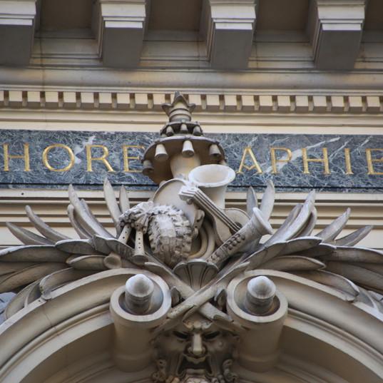 Sur la façade de l'Opéra