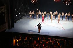 L. Ganvert applaudi par les danseurs