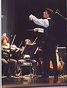 Léonard Ganvert dirige les musiciens de l'Orchestre de l'Opéra, au Palais des Congrès, à Paris.