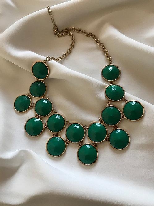 Колье с зелёными кабошонами
