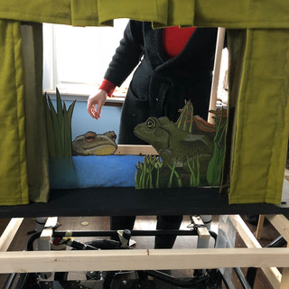 Frogs show puppet stage build