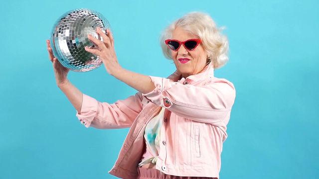 """כשסבא וסבתא """"עושים בושות"""" ברשתות החברתיות"""