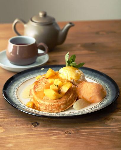 口当たりの良いもっちりふわふわ生地が自慢のオリジナルパンケーキ。小麦とバターの風味が広がるシンプルなプレーン、生地との相性が良い甘酸っぱいベリー、季節の旬に合わせたデザートパンケーキをご用意。