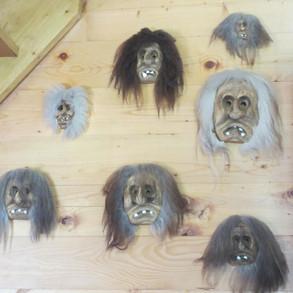 Masken unter der Treppe