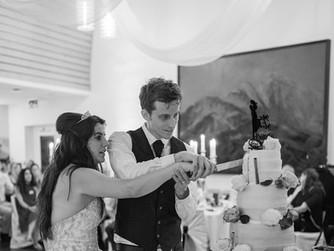 Feierliches anschneiden der Hochzeitstorte