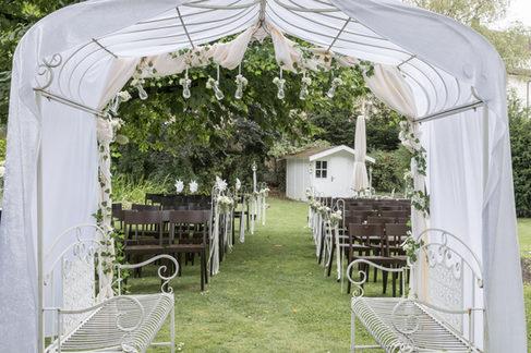 Hochzeitszeremonie im Hochzeitsgarten