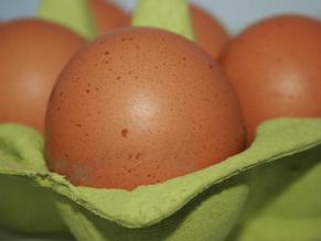 Eieren in pittige gestoofde groenten met macaroni