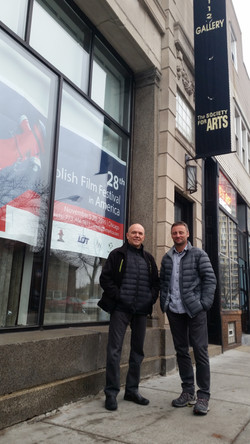 w Chicago przed galerią Z Henrym