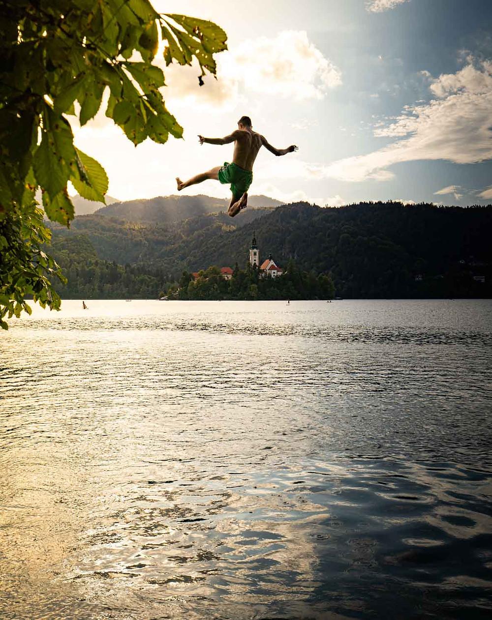 Sprung in den lauwarmen See von Bled