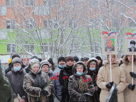 Снег сыпался колючими иголками,Не остужая боли памяти людей...