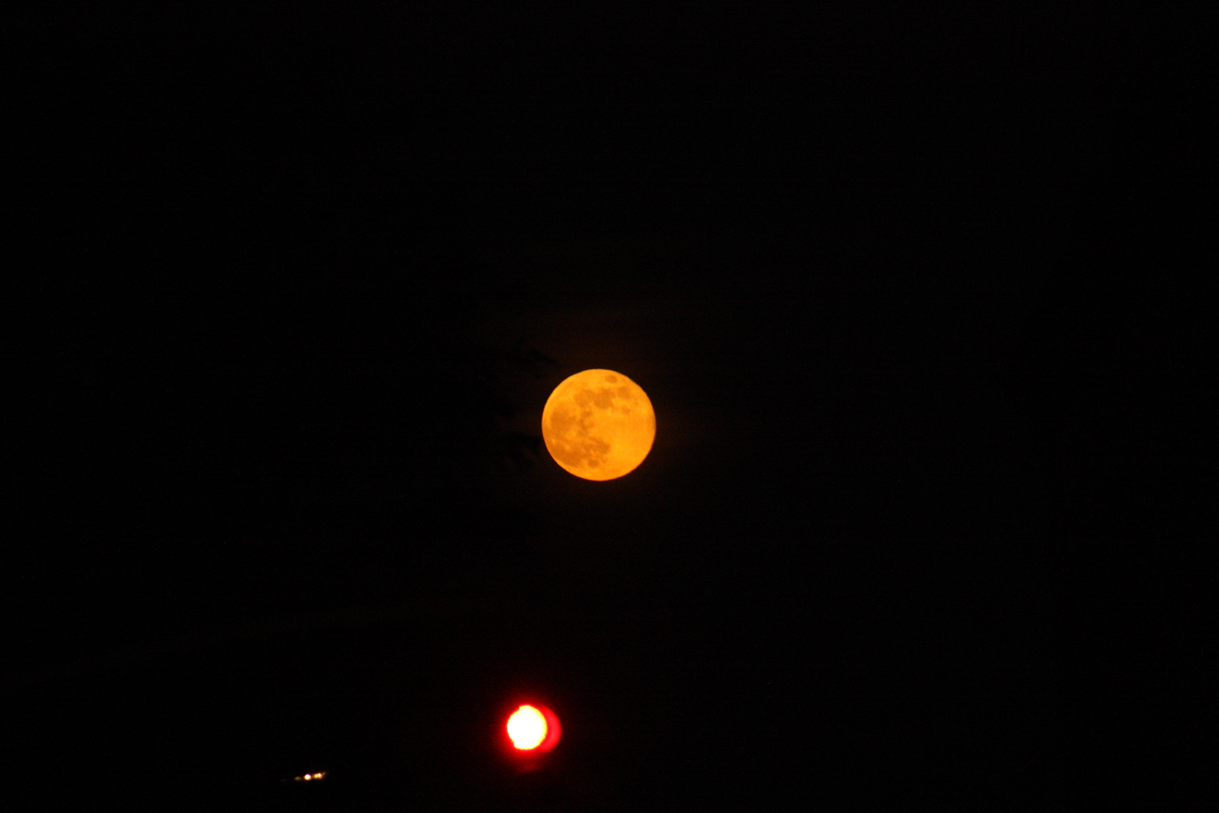 Un feu rouge et la lune (50€)