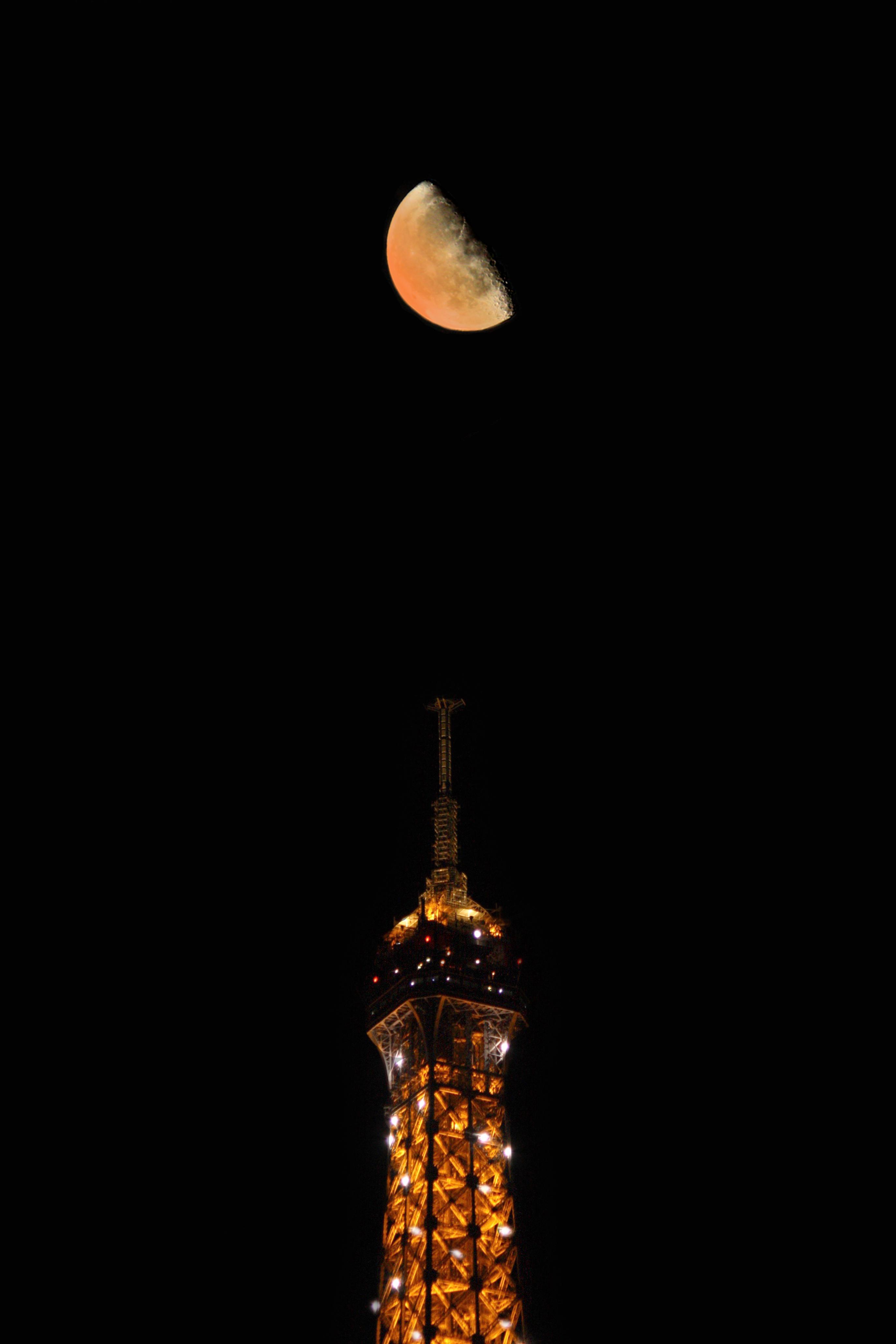 La Tour-Eiffel a rendez-vous avec la lune (150€)