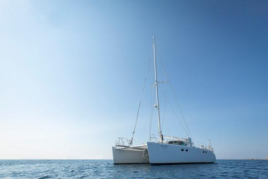 catamaran en mer