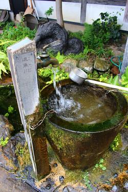湧き水はご自由にお持ち帰りください。