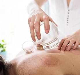 Cupping er en god metode til at afhjælpe spændinger i kroppen.Cupping stimulerer blod, lymfe og nervesystemet oghar været brugt i årtusinder rundt i verden indenfor folkemedicin og behandlingssystemer.