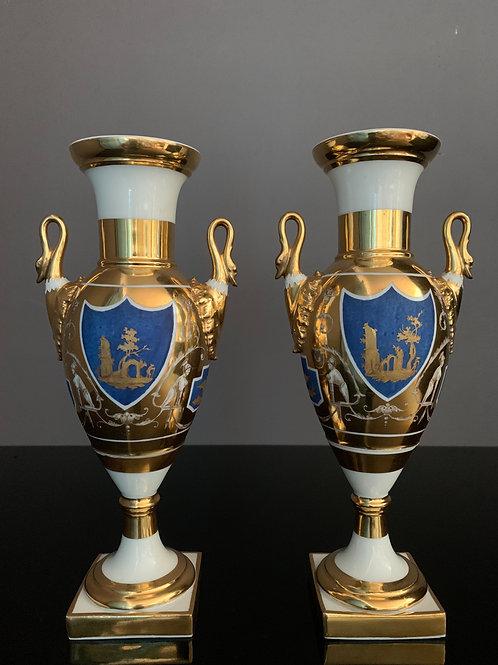 Élégante paire de vases en porcelaine d'époque Empire.