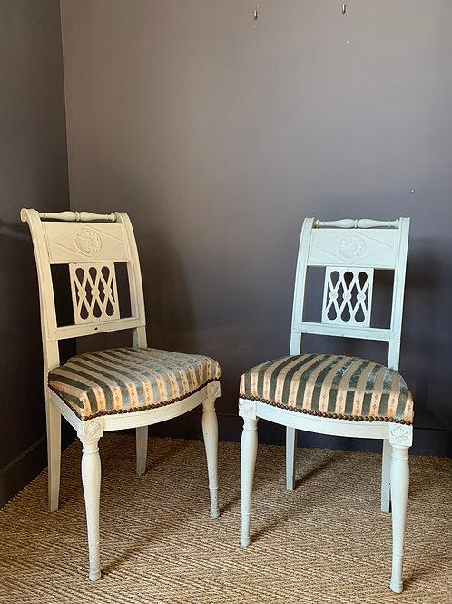 """Époque Directoire, paire de chaises d'alcôve """"à l'étrusque"""", fin XVIIIe."""