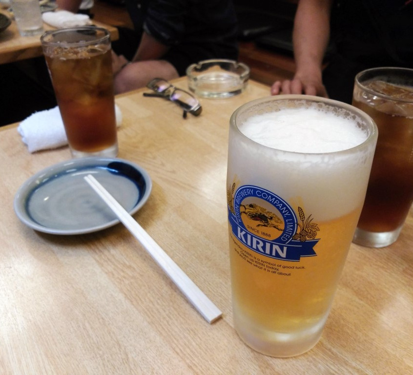 Beer and Hojicha for dinner in a raw chicken restaurant