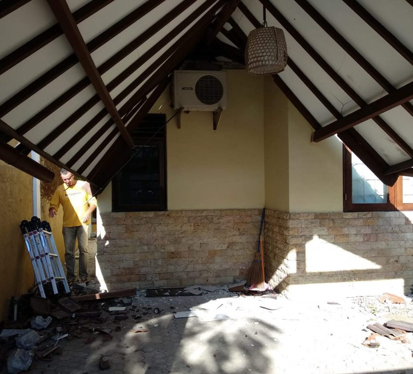 The collapsing carport. Note the very strong air con unit holding things up.