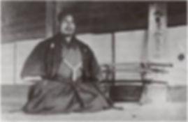 """Morihei pred svojim prvým dojo """"Ueshiba yuku"""" v Ayabe vo veku 38 rokov. (Budo, str. 10.)"""