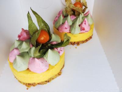 Mango-maasika-matcha minitort