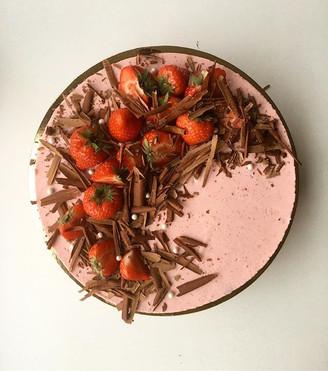 Maasika moussetort brownie põhjal