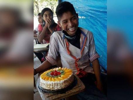 Niño llora de emoción al recibir un pastel de cumpleaños por primera vez