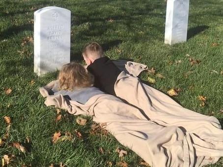 Conmueven en redes al descansar sobre la tumba de su padre