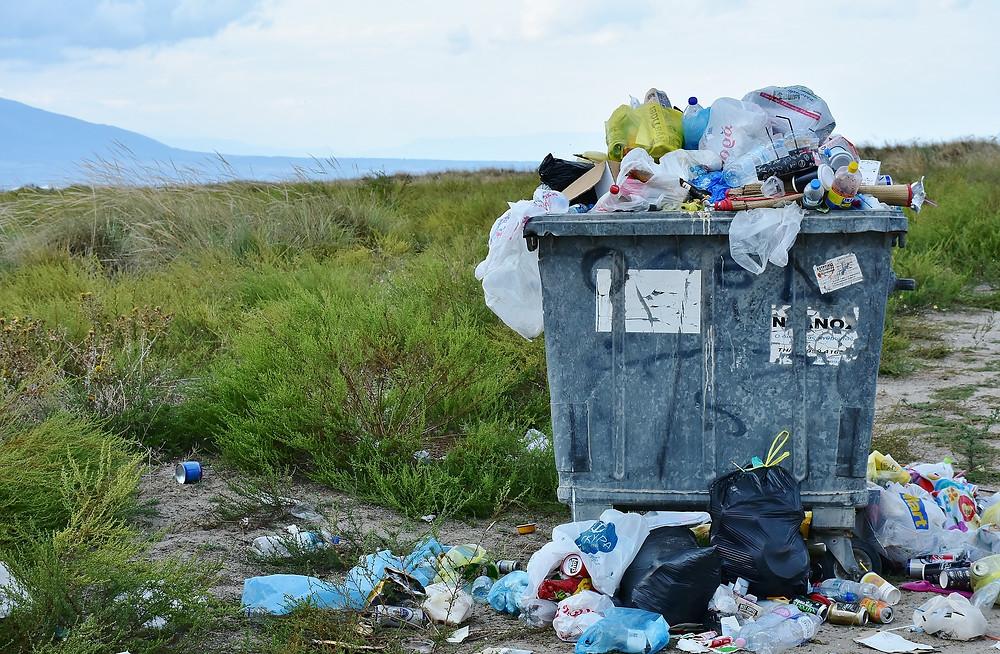 Lixeira transbordando com resíduos plásticos