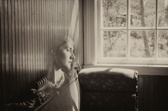 Portrait de Julia assise au salon, Maison Feindel, 2017