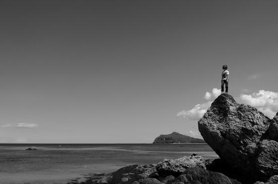 Jeune homme sur un rocher