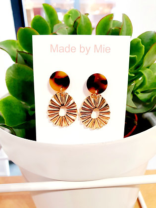 Gold reliëf earring brown