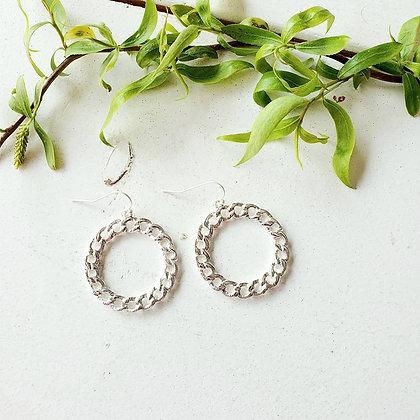 Oorbellen gevlochten ringen in zilver of goud.
