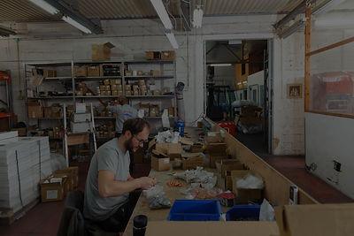 עובדים במפעל