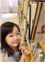 図書館の会報誌と子供.JPG