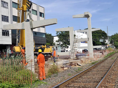 Pátio de manobras BM: Pilares da passarela de pedestres próximos ao Parque da Cidade são instalados