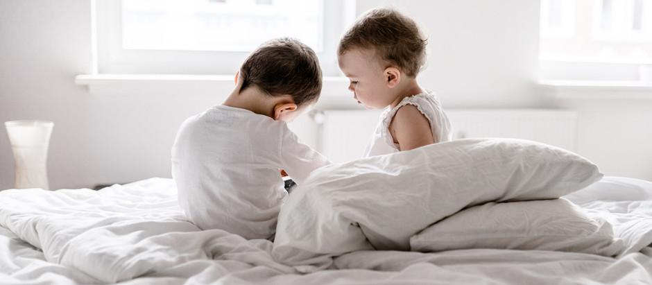 4 Tipps für natürliche Geschwisterfotos