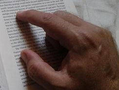 Hand die über Text fährt