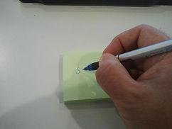 Hand die mit einem Stift schreibt