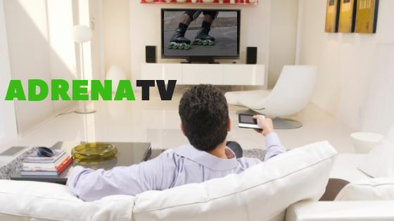 Homem sentado no sofá com controle remoto na mão assistindo TV, na tv está passando imagem de patins, ao ladoda cabeça do homem está escrito ADRENATV.