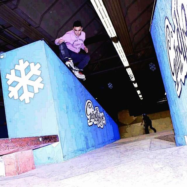 Bruno santo fazendo um trick no caixote no campeonato de street do winterclash