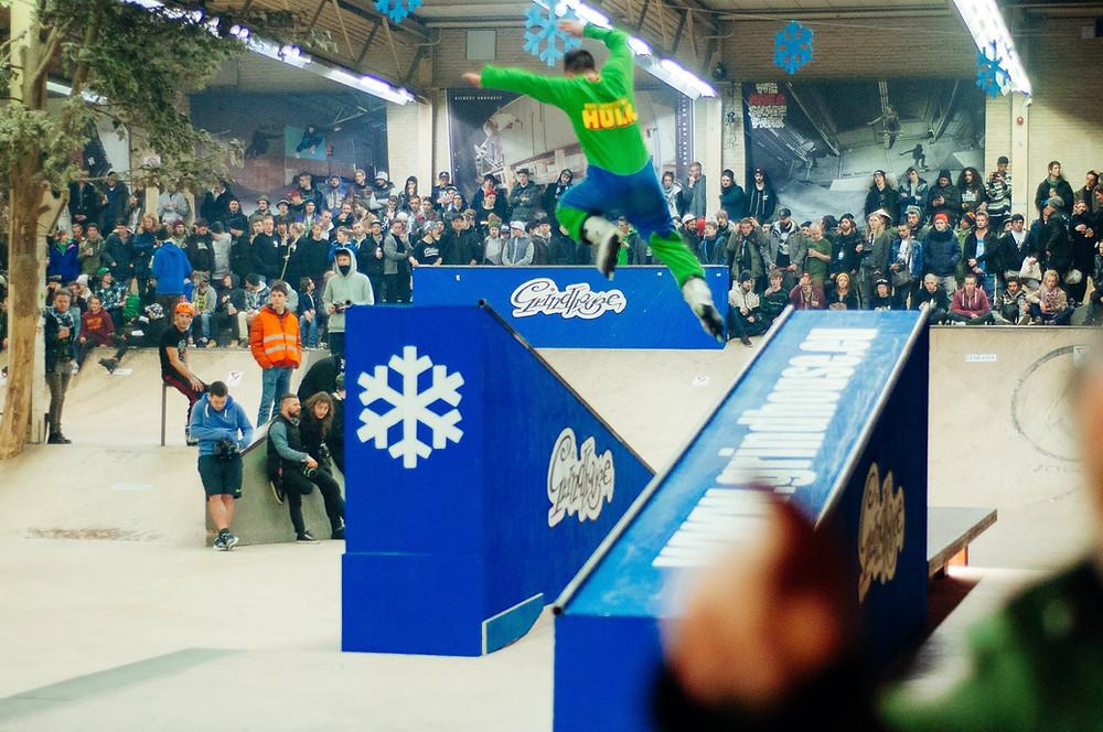 Bruno santa vestido de hulk pulando de um caixote para outro de patins no winterclash