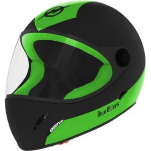 Capacete preto com verde, fechado parecendo de moto e com viseira fechada