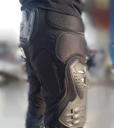 Bermudão com proteções nas laterais da perna e cóccix