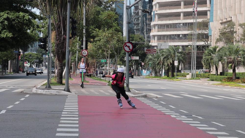 Patinadora Luara Carvalho na ciclofaixa no centro de São Paulo.