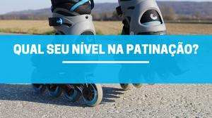 Foto de um patins cinza, com preto e detalhes azul, patinando no asfalto e uma faixa azul com leve transparência escrito em cima: Qual seu nível na patinação?
