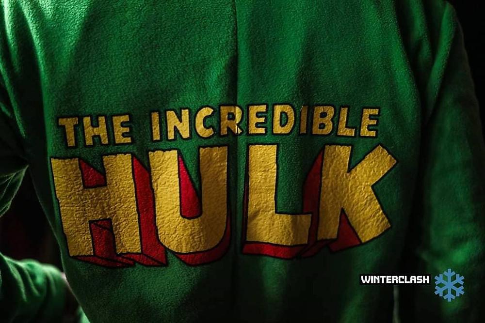 Pijama do hulk, só foto da parte da frente do peito em verde escrito com letras amarelas: the incredible HULK