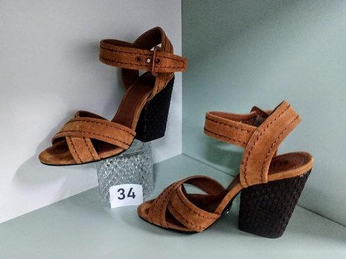 Sandália marrom em couro, costurada a mão salto quadrado