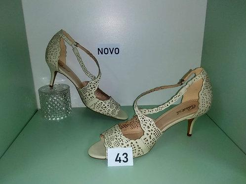 Sandália imitando renda com detalhes creme