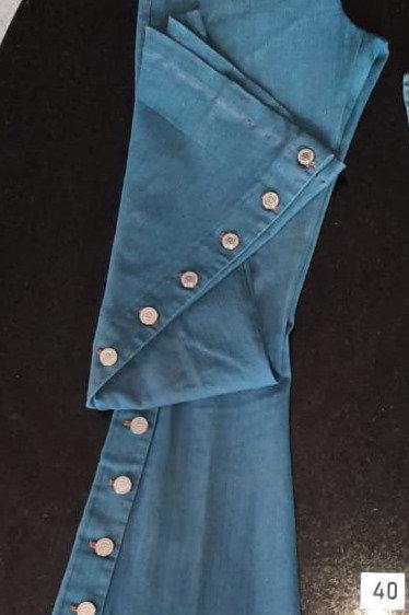 Calça Jeans Flare clara com detalhes de botões